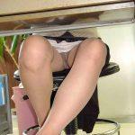 机の下からスカート女性の無防備な三角ゾーン盗撮したパンチラエロ画像