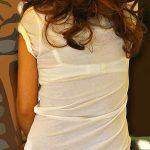 街中で透けブラしてる素人娘を背後から隠し撮りした盗撮下着エロ画像