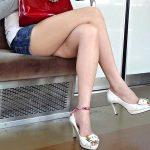 電車内で足を組んでる女性の美脚や太モモを盗撮した脚フェチエロ画像