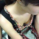 電車内で座る女性のガバガバな胸元を隠し撮りした胸チラ盗撮エロ画像