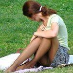 スカート女子の無防備な座りパンチラを正面から激写した盗撮エロ画像