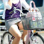 自転車に乗ってパンチラしてるミニスカ女子を盗撮した街撮りエロ画像