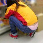 仕事してる女性ショップ店員の無防備なローライズパンチラ盗撮エロ画像