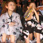 夏祭りや花火大会を楽しんでる浴衣女子の座りパンチラエロ画像