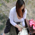 子連れママの母乳たっぷり詰まった着衣巨乳を盗撮した街撮りエロ画像
