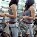 タンクトップ女子のハミ出る着衣巨乳を盗撮した街撮りおっぱいエロ画像