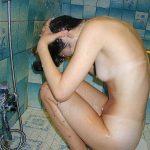 お風呂で目をつぶって髪を洗ってる女性を狙い隠し撮りした盗撮エロ画像