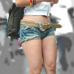 ホットパンツ女子の太股を正面から街撮り盗撮した脚フェチエロ画像