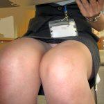 机の下からタイトスカートOLの三角ゾーンパンチラを盗撮エロ画像