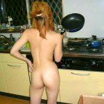 お尻を丸出して料理する裸体の嫁や彼女を隠し撮りした家庭内エロ画像