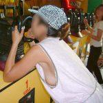 タンクトップでノーブラ女子の乳首を横から盗撮した胸チラエロ画像