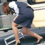 仕事中のバスガイドさんの突き出したタイトスカート尻を盗撮エロ画像