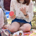 桜より公園でお花見を楽しむ素人娘の無防備なパンチラエロ画像
