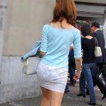 白いスカートでモロに透けパンしてる素人娘を盗撮した街撮りエロ画像