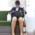 電車内で正面に座ってるOLの三角ゾーンからパンチラを盗撮エロ画像