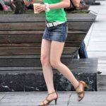 街中でミニスカ女子の奇麗な美脚を街撮りした脚フェチ盗撮エロ画像