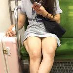 電車内でスマホ見るスカート女子の三角ゾーンパンチラを盗撮エロ画像