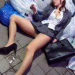 泥酔してるスカート女子の無防備なモロパンチラ盗撮した醜態エロ画像