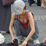 フリマ会場で出展してる素人娘の胸チラを盗撮したおっぱいエロ画像