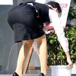 OLのしゃがみ前かがんで突き出したタイトスカートお尻を盗撮エロ画像