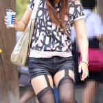 ガーターベルト穿いてる美脚女性を盗撮した街撮り脚フェチエロ画像