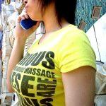 Tシャツの胸元パンパンな着衣巨乳を盗撮した街撮りおっぱいエロ画像