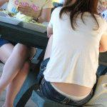 街中でイスや地べたに座ってる素人娘のローライズパンチラ盗撮エロ画像