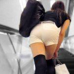 ショートパンツ素人娘の透けパンティラインを盗撮した街撮りエロ画像