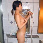 ラブホテルのお風呂でシャワーを浴びる無防備な素人娘を盗撮エロ画像