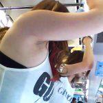 電車の吊り革を掴んでる素人娘のワキを隠し撮りした脇フェチエロ画像