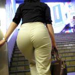 街中でスキニーパンツ穿いてる女性の透けパンティライン盗撮エロ画像