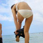 海水浴場の砂浜や駐車場で着替える水着女子を盗撮した野外エロ画像