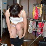 夫や彼氏の前で絶賛着替え中の女性のリアルな裸体を盗撮自宅エロ画像
