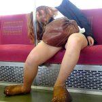 電車で下を向いて居眠りしてる女性を狙い正面パンチラを盗撮エロ画像