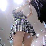 お洒落なアパレル女性店員を接客中に逆さ撮りパンチラ盗撮エロ画像