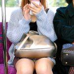 電車の対面に座ってる女性の三角ゾーンから座りパンチラ盗撮エロ画像