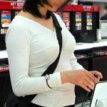 巨乳にたすき掛けでおっぱいライン強調された着衣巨乳を盗撮エロ画像