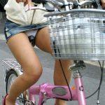 自転車に乗ってるミニスカ娘の大胆チャリパンチラを隠し撮りエロ画像