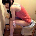 トイレ中にドアを開けられ動揺してる女性をエロ写メした流出エロ画像