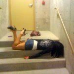 酒を飲み過ぎて野外で寝転がりグロッキー女性を激写した泥酔エロ画像