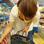 お店で物色してる女性の無防備な胸元を覗き見した胸チラ盗撮エロ画像