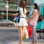 街中でミニスカからスラリと伸びる生脚を隠し撮りした脚線美エロ画像