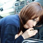 車の中でチンコ咥えてる素人娘を隠し撮り流出したフェラチオエロ画像