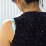 ブラジャーの肩紐が露出してる素人娘を隠し撮りした街撮り下着エロ画像