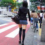 ニーハイソックス穿いたミニスカ女子の絶対領域を街撮り盗撮エロ画像