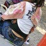 子供連れた人妻熟女のしゃがみ座りパンチラを激写した腰パンエロ画像