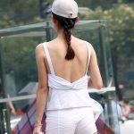背中が丸見えな服を着てる女性を背後から盗撮した背中フェチエロ画像
