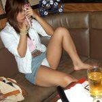 カラオケの個室で歌とお酒に酔ってパンチラしてる素人娘を盗撮エロ画像