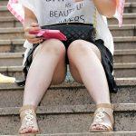 街中で段差に座ってパンチラしてる素人娘を真正面から隠し撮りエロ画像