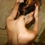 髪をかきあげてる女性のうなじを背後から盗撮した首フェチエロ画像